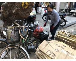 Rác chàn ra đường và đồ nhựa được dùng và bán khắp nơi