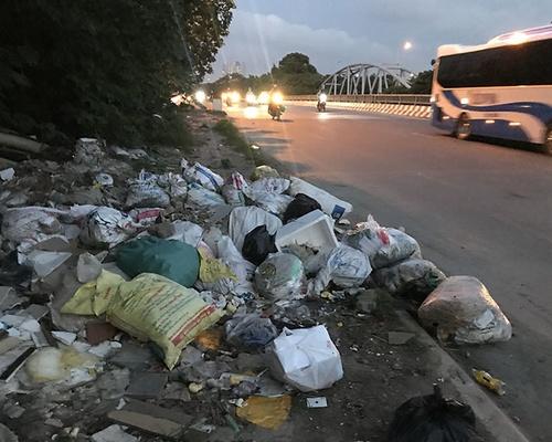 Vấn nạn rác thải ven đê