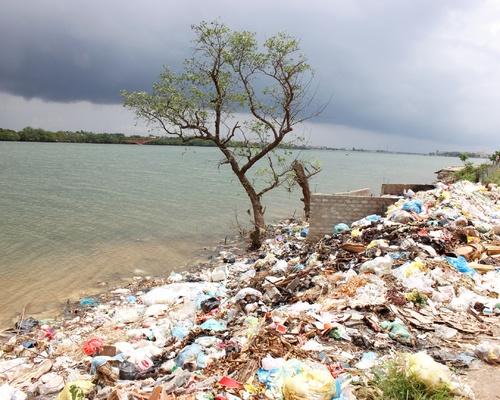 Bãi rác ven bờ sông Gianh