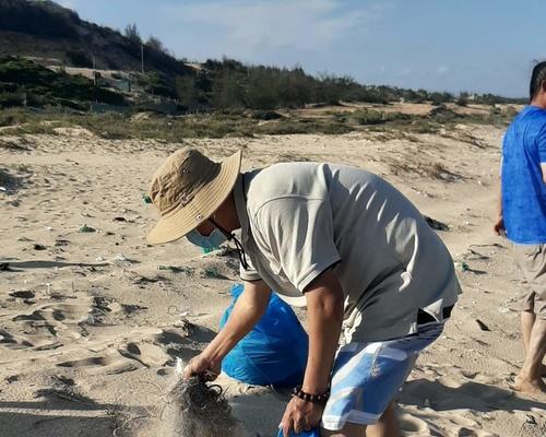 Gia đình Thỏ Sóc đã có chuyến du lịch trải nghiệm thật ý nghĩa: nhặt rác trên bãi biển Phan Thiết